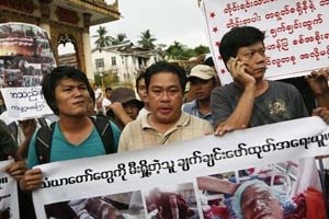 Moe Thway and Aung Soe Protesting in Rangoon on 2 December 2012 © Reuters