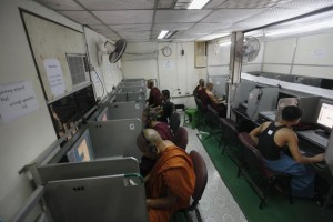 Buddhist monks use the internet in an internet cafe in Yangon March 29, 2012.  REUTERS/Soe Zeya Tun (MYANMAR  - Tags: SOCIETY RELIGION SCIENCE TECHNOLOGY) - RTR301Q7